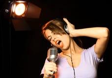 τραγουδώντας γυναίκα Στοκ Φωτογραφίες