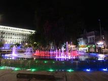 Τραγουδώντας πηγή με τα φω'τα νέου στο κέντρο της Βάρνας στοκ εικόνες