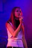 τραγουδώντας στάδιο νύχτ&alp Στοκ Φωτογραφίες