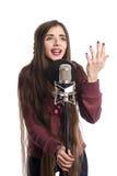 τραγουδώντας στάση μικροφώνων κοριτσιών στοκ εικόνα με δικαίωμα ελεύθερης χρήσης