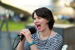 Τραγουδιστής γυναικών στο υπαίθριο στάδιο Στοκ Φωτογραφία