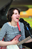 Τραγουδιστής γυναικών στο υπαίθριο στάδιο Στοκ φωτογραφία με δικαίωμα ελεύθερης χρήσης