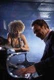 Τραγουδιστής και Pianist στη σκηνή Στοκ Εικόνες