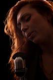 Τραγουδιστής μπροστά από ένα μικρόφωνο παλαιός-μόδας Στοκ φωτογραφίες με δικαίωμα ελεύθερης χρήσης