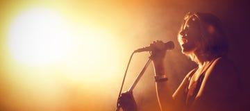Τραγουδιστής που αποδίδει στη λέσχη στοκ φωτογραφίες με δικαίωμα ελεύθερης χρήσης