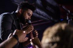 Τραγουδιστής που αποδίδει στη σκηνή στοκ εικόνες με δικαίωμα ελεύθερης χρήσης