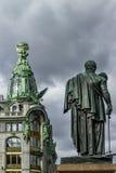 Τραγουδιστής σπιτιών και μνημείο Kutuzov στη Αγία Πετρούπολη Στοκ εικόνα με δικαίωμα ελεύθερης χρήσης