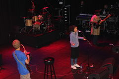 Τραγουδιστής/συγγραφέας Nneka τραγουδιού Στοκ Εικόνες