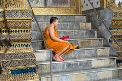 Τραγουδώντας βουδιστικός μοναχός στην Ταϊλάνδη Στοκ Φωτογραφίες