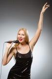 τραγουδώντας γυναίκα στοκ εικόνες