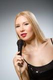 τραγουδώντας γυναίκα στοκ φωτογραφία
