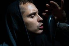Τραγούδι ατόμων στο στούντιο καταγραφής με το μικρόφωνο Στοκ Εικόνες