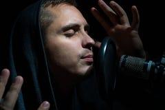 Τραγούδι ατόμων στο στούντιο καταγραφής με το μικρόφωνο Στοκ Εικόνα
