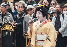 Τραγούδι γκείσων Senso-senso-ji στο ναό, Τόκιο Στοκ Φωτογραφία