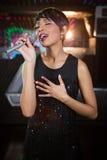 Τραγούδι γυναικών στο φραγμό Στοκ εικόνα με δικαίωμα ελεύθερης χρήσης