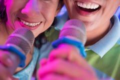 Τραγούδι με τα μικρόφωνα Στοκ φωτογραφία με δικαίωμα ελεύθερης χρήσης