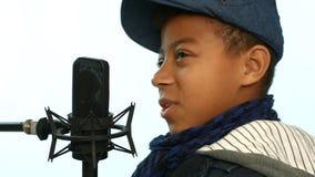 Τραγούδι στο μικρόφωνο στούντιο απόθεμα βίντεο