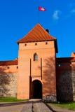 Τρακάι, Λιθουανία: κεντρικός πύργος του κάστρου με τη σημαία Στοκ Φωτογραφία