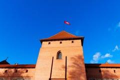Τρακάι, Λιθουανία: πύργος του κάστρου με τη εθνική σημαία Στοκ φωτογραφίες με δικαίωμα ελεύθερης χρήσης