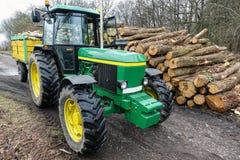 Τρακτέρ και σωρός του ξύλου Στοκ φωτογραφίες με δικαίωμα ελεύθερης χρήσης