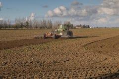 Τρακτέρ με το άροτρο στον τομέα συγκομιδών Θερινοί τομέας και τρακτέρ TR στοκ φωτογραφία με δικαίωμα ελεύθερης χρήσης