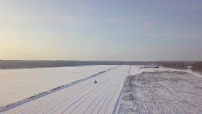 Τρακτέρ που αφαιρεί το χιόνι από έναν διάδρομο απογείωσης φιλμ μικρού μήκους