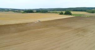 Τρακτέρ που καλλιεργεί το γεωργικό τομέα - 4K απόθεμα βίντεο