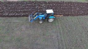 Τρακτέρ που οργώνει τον κήπο Όργωμα του χώματος στον τομέα φιλμ μικρού μήκους