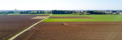 Τρακτέρ που οργώνει τους τομείς, εναέρια άποψη, όργωμα, σπορά, γεωργία συγκομιδών και καλλιέργεια, εκστρατεία