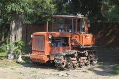 Τρακτέρ, που στέκεται σε μια σειρά γεωργικά μηχανήματα που seeder η άνοιξη στοκ εικόνα με δικαίωμα ελεύθερης χρήσης