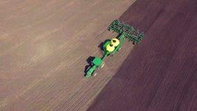 Τρακτέρ που φυτεύει τις συγκομιδές σε έναν τομέα, τοπ άποψη απόθεμα βίντεο