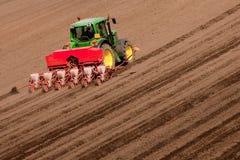 Τρακτέρ στην εργασία που φυτεύει τους σπόρους Στοκ Φωτογραφία