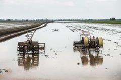 Τρακτέρ στον τομέα ρυζιού Στοκ Εικόνες