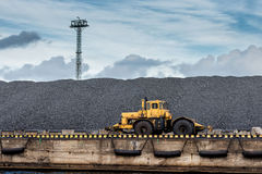 Τρακτέρ στο λόφο άνθρακα Στοκ εικόνες με δικαίωμα ελεύθερης χρήσης