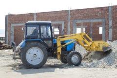 Τρακτέρ-φορτωτής στο εργοτάξιο οικοδομής Στοκ εικόνα με δικαίωμα ελεύθερης χρήσης