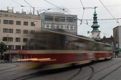 Τραμ θαμπάδων κινήσεων με τον πύργο στο υπόβαθρο στοκ φωτογραφία με δικαίωμα ελεύθερης χρήσης