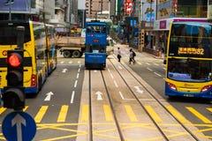 Τραμ διόροφων λεωφορείων στην οδό του Χονγκ Κονγκ Στοκ εικόνα με δικαίωμα ελεύθερης χρήσης