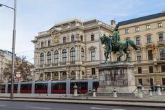 Τραμ και κτήρια κατά μήκος Scwarzenberglatz στη Βιέννη Στοκ φωτογραφία με δικαίωμα ελεύθερης χρήσης