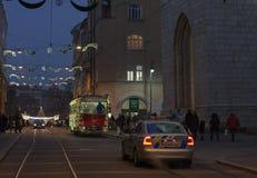 Τραμ και περιπολικό της Αστυνομίας Χριστουγέννων στην οδό Rasinova στο Μπρνο στοκ φωτογραφίες με δικαίωμα ελεύθερης χρήσης