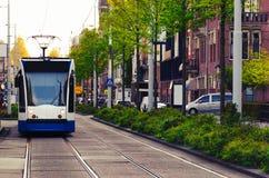 Τραμ που κινείται στην οδό του Άμστερνταμ Στοκ Φωτογραφία
