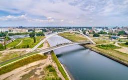 Τραμ που συνδέει τη Γαλλία και τη Γερμανία στη γέφυρα Citadelle πέρα από Bassin Vauban στο Στρασβούργο στοκ εικόνες