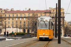 Τραμ στο τετράγωνο κοντά στο Κοινοβούλιο στη Βουδαπέστη στοκ φωτογραφίες