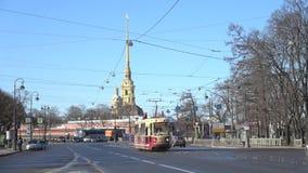 Τραμ στο υπόβαθρο του Peter και του καθεδρικού ναού του Paul γέφυρα okhtinsky Πετρούπολη Ρωσία Άγιος φιλμ μικρού μήκους