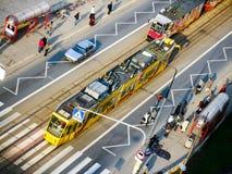 Τραμ της Βαρσοβίας που συλλέγει τους επιβάτες στη στάση τραμ Στοκ Εικόνα