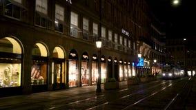 Τραμ τη νύχτα Maximilianstrasse, Μόναχο, Γερμανία πόλεων απόθεμα βίντεο