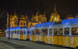 Τραμ Χριστουγέννων μπροστά από το κτήριο του Κοινοβουλίου, Βουδαπέστη, Ουγγαρία Στοκ φωτογραφίες με δικαίωμα ελεύθερης χρήσης