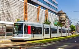 Τραμ Siemens Combino στο κέντρο της πόλης του Ντίσελντορφ Στοκ Φωτογραφίες