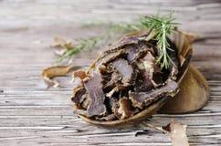 Τρανταγμένο κρέας, αγελάδα, ελάφια, άγριο κτήνος ή biltong στα ξύλινα κύπελλα σε έναν αγροτικό πίνακα Στοκ φωτογραφίες με δικαίωμα ελεύθερης χρήσης