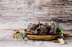 Τρανταγμένο κρέας, αγελάδα, ελάφια, άγριο κτήνος ή biltong στα ξύλινα κύπελλα σε έναν αγροτικό πίνακα Στοκ Εικόνα