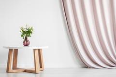Τραπεζάκι σαλονιού με τα τριαντάφυλλα Στοκ Εικόνες